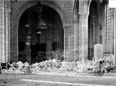 Cathédrale Saint-Gervais et Saint-Protais - Vue intérieure de la nef, vers l'ouest : Revers du portail