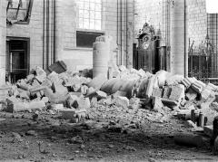 Cathédrale Saint-Gervais et Saint-Protais - Vue intérieure de la nef : Débris au sol