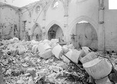 Eglise - Vue intérieure de la nef, vers le sud-est : Colonne écroulée