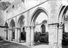 Eglise de la Nativité de la Vierge - Vue intérieure de la nef, côté nord : Grandes arcades
