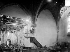 Eglise - Vue intérieure de la nef et du transept vers l'entrée