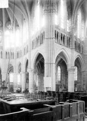 Abbaye - Vue intérieure à la croisée du transept, vers le sud-est