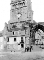 Eglise priorale Sainte-Croix - Base du clocher et porche d'entrée