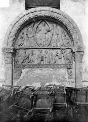 Eglise priorale Sainte-Croix - Portail du clocher, face ouest. Tympan : Christ bénissant, présentation au Temple, Adoration des mages