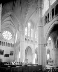 Abbaye - Vue intérieure du transept nord et du choeur, prise du transept sud