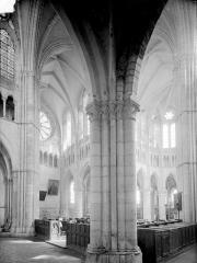 Abbaye - Vue intérieure du transept nord et du choeur, prise du bas-côté sud