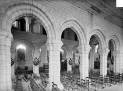 Eglise de la Nativité de la Vierge - Vue intérieure de la nef prise du bas-côté sud vers le nord