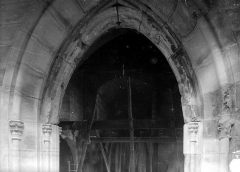 Ancienne abbaye Saint-Martin-des-Champs, actuellement Conservatoire National des Arts et Métiers et Musée National des Techniques - Eglise. Clocher : Baie du rez-de-chaussée, côté sud