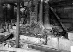 Ancienne abbaye Saint-Martin-des-Champs, actuellement Conservatoire National des Arts et Métiers et Musée National des Techniques - Eglise. Façade ouest : Soubassement et support du trumeau d'une fenêtre