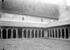 Abbaye de Charlieu - Cloître : galeries d'arcades