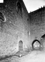 Eglise Sainte-Marie-Madeleine - Façade ouest de l'église en perspective et porte de ville