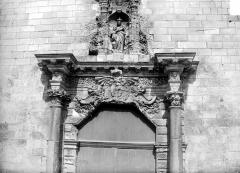 Eglise Notre-Dame-du-Bon-Port - Portail de la façade ouest : couronnement vu de face
