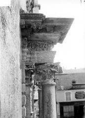 Eglise Notre-Dame-du-Bon-Port - Portail de la façade ouest : couronnement vu de profil, côté gauche