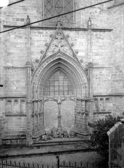 Cathédrale Saint-Pierre - Portail de la façade nord, muré