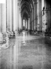 Cathédrale Notre-Dame - Vue intérieure du bas-côté sud, inondé par les pluies après les bombardements de juillet 1916
