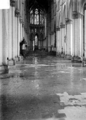 Cathédrale Notre-Dame - Vue intérieure de la nef, inondée par les pluies après les bombardements de juillet 1916