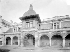 Pavillon d'Anne de Beaujeu, actuellement musée Anne de Beaujeu - Façade avec galerie d'arcades