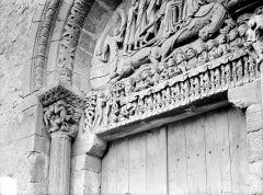 Eglise Sainte-Marie-Madeleine - Petit portail de la façade ouest : linteau et chapiteau de gauche