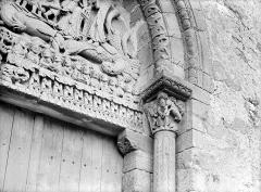 Eglise Sainte-Marie-Madeleine - Petit portail de la façade ouest : linteau et chapiteau de droite