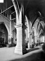 Eglise Sainte-Croix - Vue intérieure du bas-côté sud et de la nef, vers le nord-est