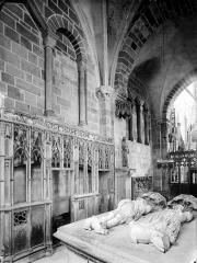 Prieuré bénédictin de Souvigny - Vue intérieure de la chapelle vieille avec tombeaux