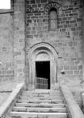 Eglise Saint-Julien - Portail roman de la façade sud