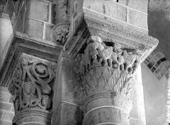 Eglise Saint-Gervais et Saint-Protais - Chapiteau à motifs décoratifs