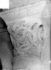 Eglise Saint-Pierre - Chapiteau à motifs décoratifs
