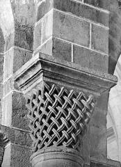 Eglise Saint-Menoux - Chapiteau à motifs décoratifs