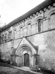Eglise Saint-Germain - Façade nord : portail et arcatures des fenêtres