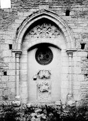 Eglise Saint-Martin - Petit portail avec relief de saint Martin