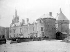 Château - Vue d'ensemble sur la place