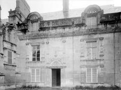 Château et ses dépendances - Façade sur cour : entrée