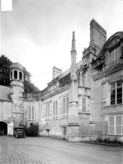 Château et ses dépendances - Façade sur cour