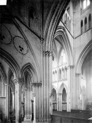 Eglise de Norrey-en-Bessin - Vue intérieure du transept nord et de la croisée