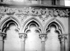 Eglise de Norrey-en-Bessin - Vue intérieure du chœur : détail des arcatures