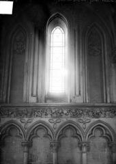 Eglise de Norrey-en-Bessin - Vue intérieure du chœur : détail des arcatures et fenêtres