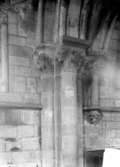 Ancienne église Saint-Gerbold - Vue intérieure du bas-côté nord : chapiteaux et colonnes