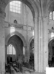 Eglise Saint-Gervais-Saint-Protais - Vue intérieure de la nef, vers le sud : travée