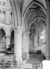 Eglise de la Trinité - Vue intérieure du déambulatoire côté sud et du choeur