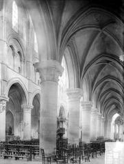 Eglise Saint-Pierre, ancienne cathédrale - Vue intérieure du bas-côté et de la nef