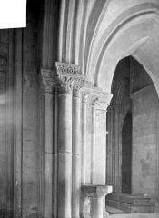 Eglise Saint-Pierre, ancienne cathédrale - Vue intérieure de la nef, côté sud : pile et chapiteaux
