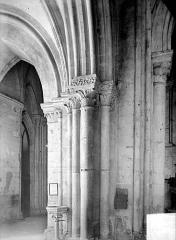 Eglise Saint-Pierre, ancienne cathédrale - Vue intérieure de la nef, côté nord : pile et chapiteaux