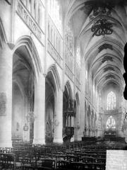 Eglise Saint-Jacques - Vue intérieure de la nef, vers le nord-est
