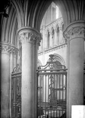 Eglise de Norrey-en-Bessin - Vue intérieure du déambulatoire : grille du chœur