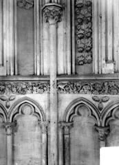 Eglise de Norrey-en-Bessin - Vue intérieure du déambulatoire : détail des arcatures