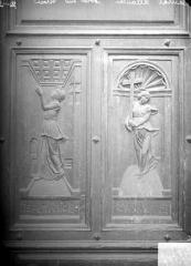 Eglise Saint-Jean-Baptiste - Panneaux sculptés du portail : l'Espérance et le Charité