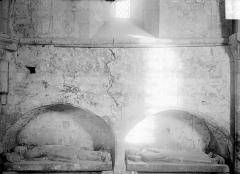 Ancienne église de Sainte-Marie-aux-Anglais - Statues funéraires sous enfeu et peintures murales