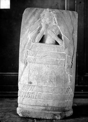 Eglise - Haut-relief, personnage dans une forme