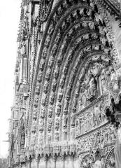 Cathédrale Saint-Etienne - Portail central de la façade ouest : voussure de gauche